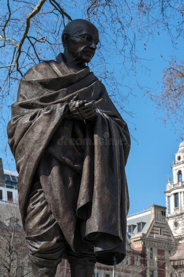 LONDON - MARS 13: Staty av Mahatma Gandhi i parlamentfyrkant arkivfoto