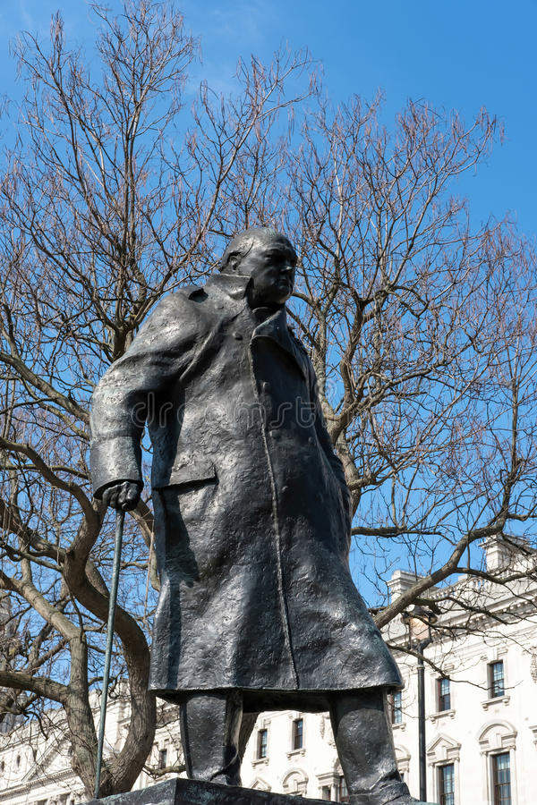 LONDON - MARS 13: Staty av Winston Churchill i parlamentet Squa royaltyfria bilder