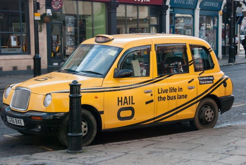 London 4 marsch, 2016 En traditionell gul taxi parkeras i en gata i Greenwich arkivbilder