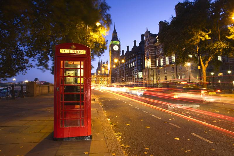 London mit rotem Telefonkiosk stockfotos