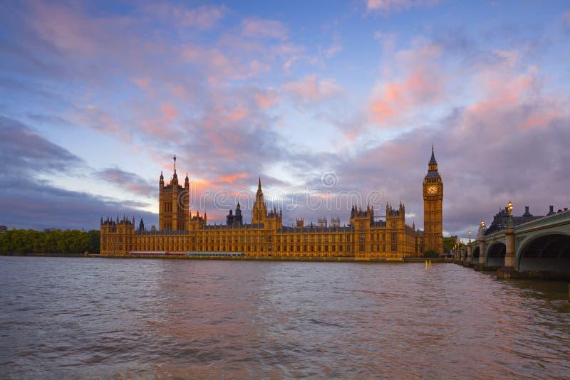 London morgon med Big Ben, parlamentbyggnader och flodThemsen royaltyfri foto