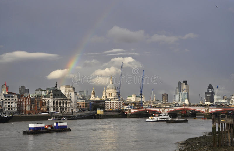 london nad tęczą obraz royalty free