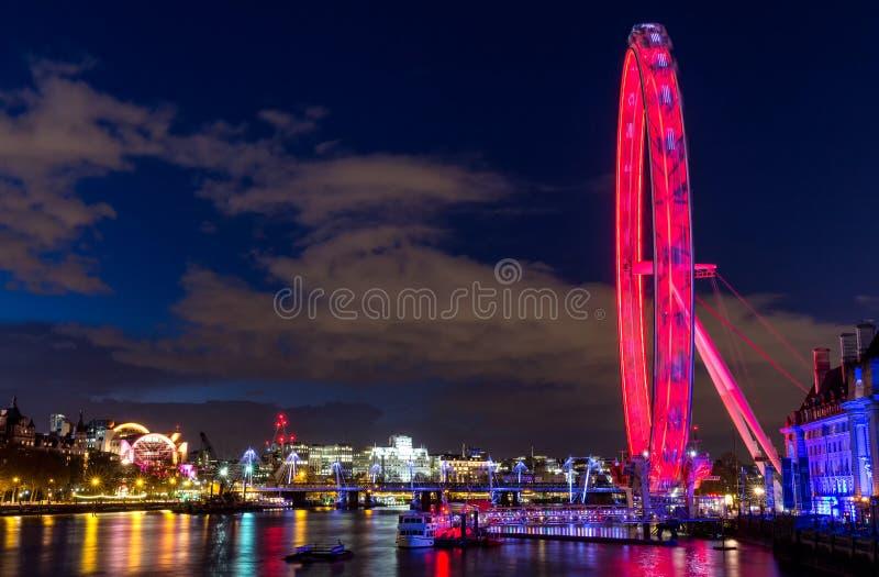 london natt London öga, Thames River, milleniumbro, buss royaltyfri fotografi