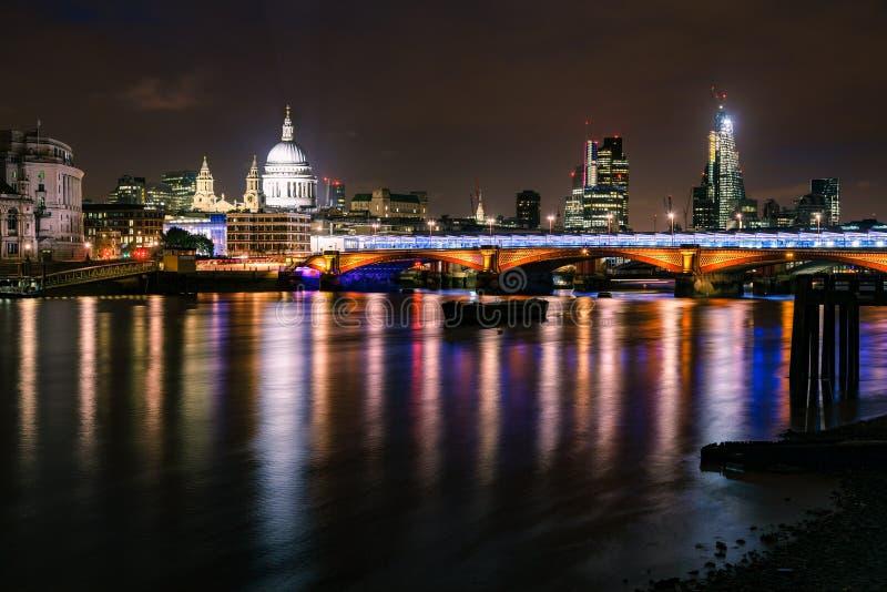 London nattcityscape med den Blackfriars bron och St Pauls Cath royaltyfria foton
