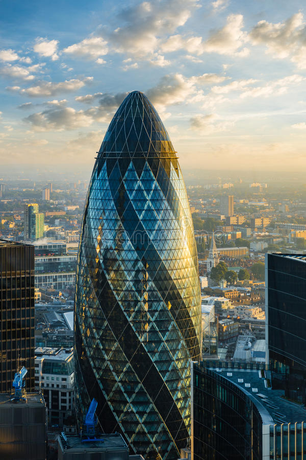 LONDON - OKTOBER 1: Ättiksgurkabyggnad (30 St Mary Axe) under soluppgång i London på Oktober 1, 2015 arkivbilder