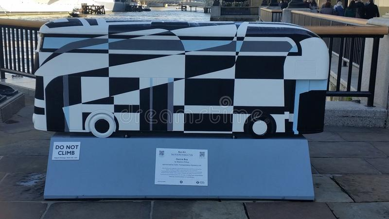 London-Olympicsbus auf der Themse stockbilder