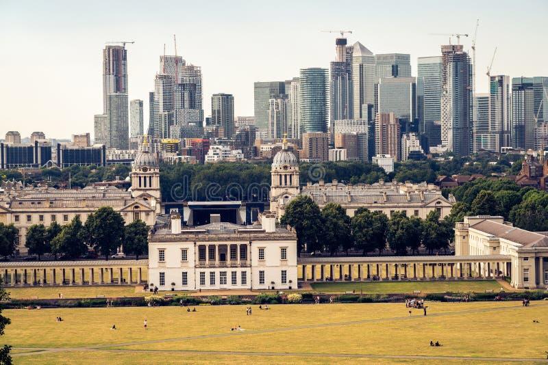 London panorama, finansdistrikt i bakgrunden royaltyfri foto