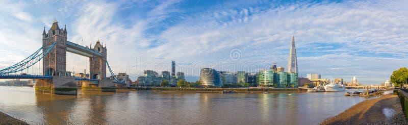 London - panoraman med den tornbrostadshuset och flodstranden i morgonljuset arkivfoton