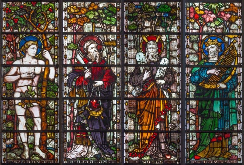 London - patriarkerna Adam, Abraham, Moses och David på målat glass i kyrka för ` s för St Mary Abbot arkivbild