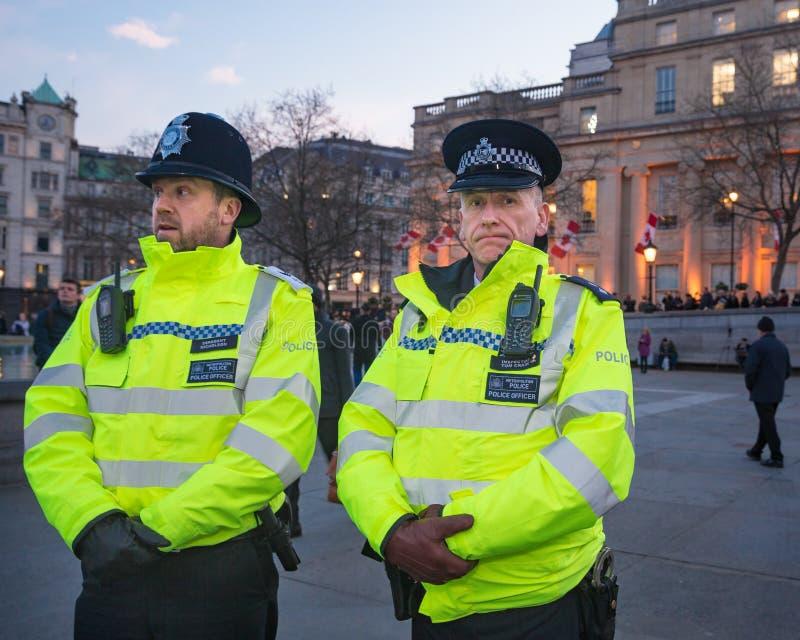 London-Polizeibeamten in den Trafalgar-Platz-nach März 2017 Westminster-Brücken-Angriffen stockfotos