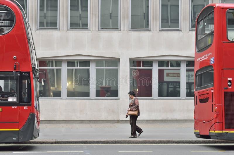 London röd buss i London arkivfoto