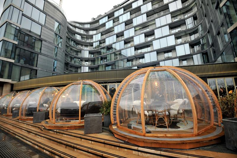 London-Restaurant Coppa-Verein und seine festlichen speisenden Iglus durch die Themse lizenzfreie stockbilder