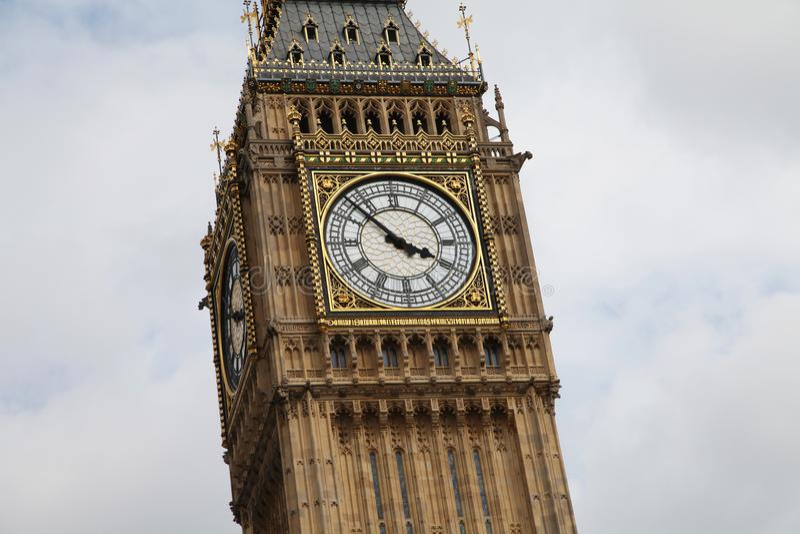 London-` s Big Ben Abschluss, der oben fast 4pm zeigt stockfotografie