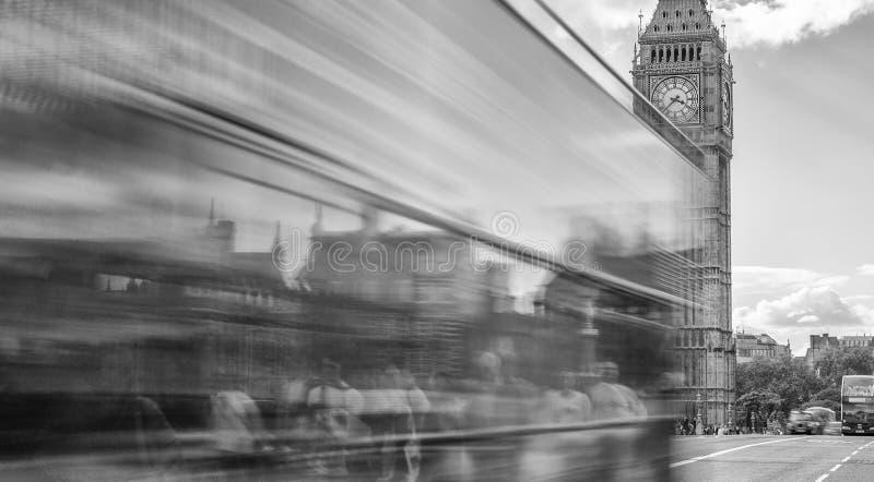 LONDON - 25. SEPTEMBER 2016: Bus kreuzt Westminster-Brücke mit lizenzfreie stockfotos