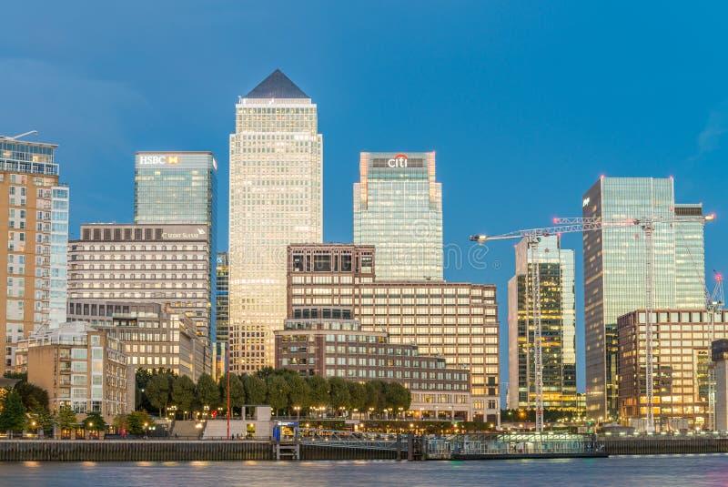 LONDON - 25. SEPTEMBER 2016: Canary Wharf-Gebäude entlang Fluss lizenzfreies stockbild