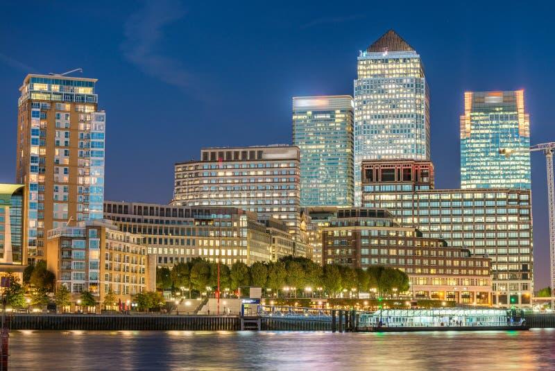 LONDON - 25. SEPTEMBER 2016: Canary Wharf-Gebäude entlang Fluss stockfoto