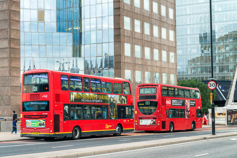 LONDON - 24. SEPTEMBER 2016: Doppeldeckerbusse in den Stadtstraßen stockfotos