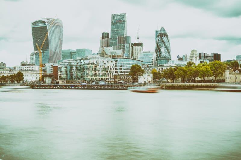 LONDON - SEPTEMBER 25, 2016: Modern stadshorisont längs Themsenri royaltyfri bild