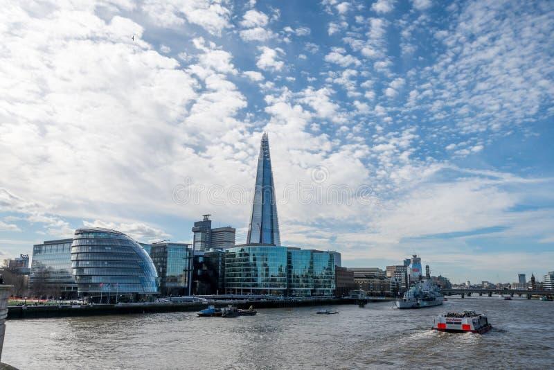 Download London-Skyline Mit Skysrapers Auf Blauem Backgroung Redaktionelles Stockfoto - Bild von brücke, grenzstein: 90225513