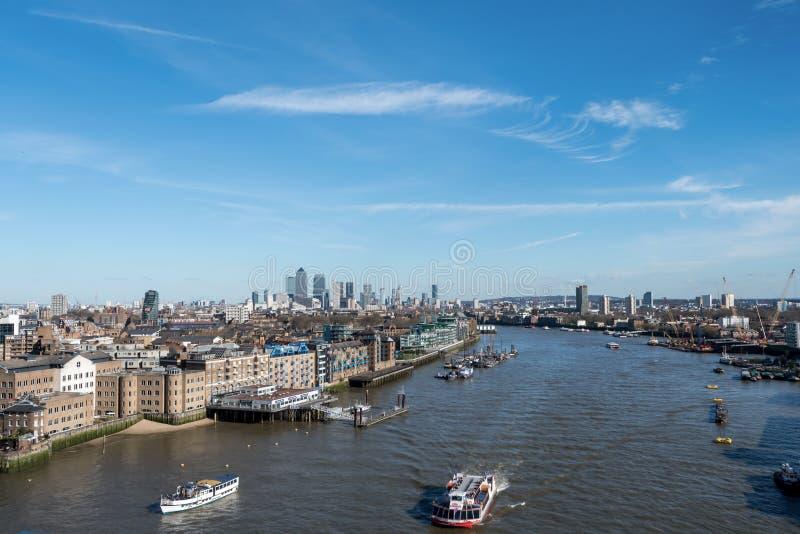 Download London-Skyline Mit Skysrapers Auf Blauem Backgroung Redaktionelles Foto - Bild von brücke, shard: 90225616