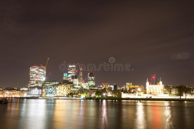 Download London-Skyline Mit Skysrapers Auf Blauem Backgroung Stockbild - Bild von dämmerung, shard: 90227321