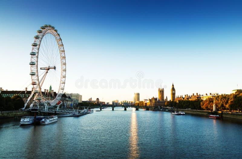 London-Skylinelandschaft bei Sonnenaufgang mit Big Ben, Palast von Westminster, London Auge, Westminster-Brücke, die Themse, Lond stockbild