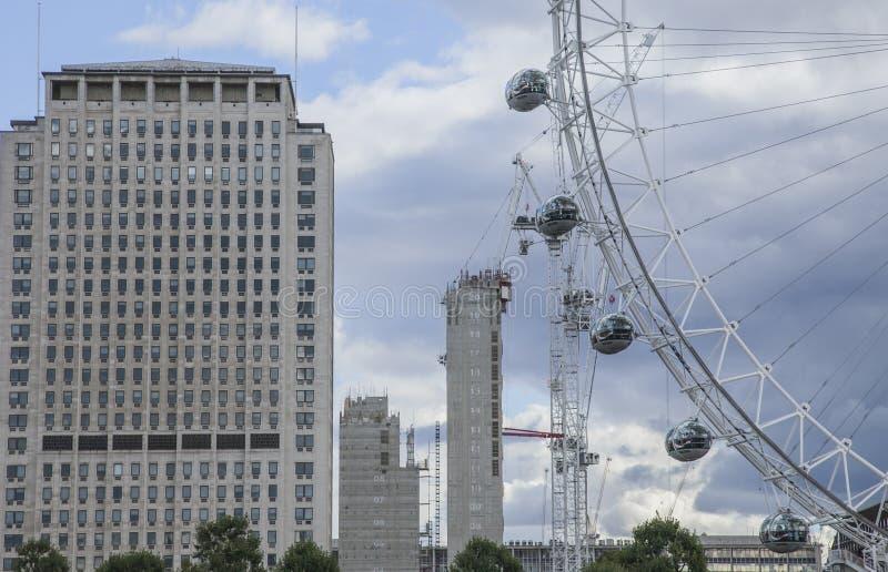 London, sonniger Tag und ein bewölkter Himmel - London Eye lizenzfreie stockbilder