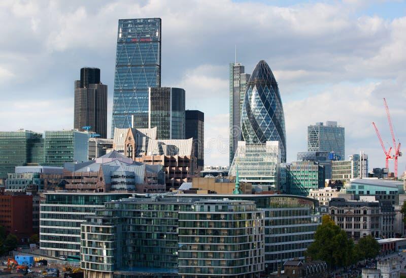 LONDON, stad av den London sikten, moderna byggnader av kontor, banker och corporative företag royaltyfria bilder