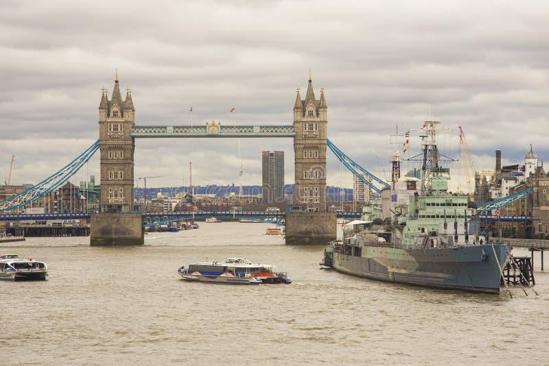 London-Stadt mit Turm-Brücke und Kriegsschiff HMS Belfast für Touristenanziehungskraft lizenzfreie stockfotografie