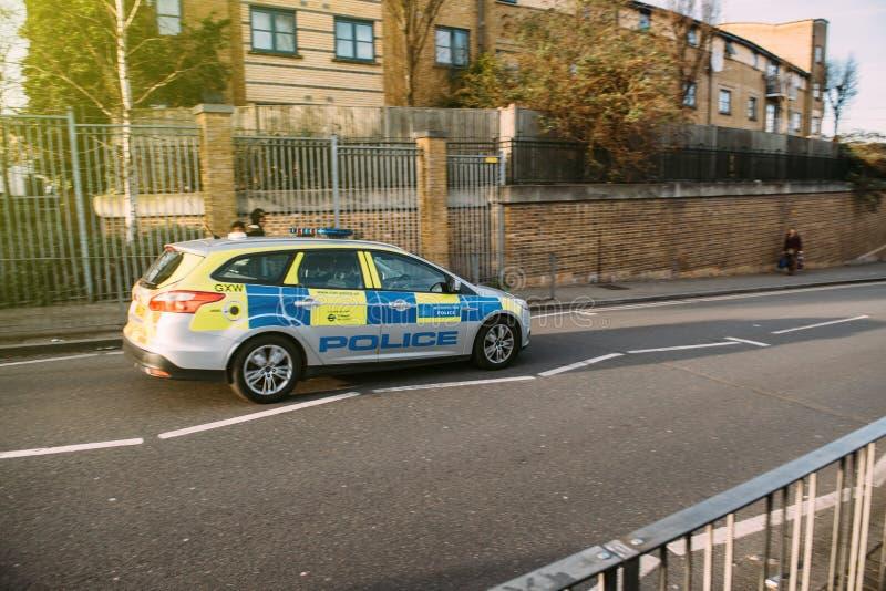 London-Stadtpolizeiwagenauf London-Straße schnell fahren lizenzfreie stockbilder
