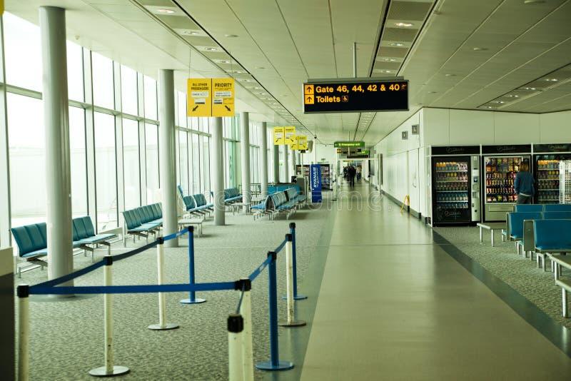 LONDON STANSTED FLYGPLATS, UK - MARS 23, 2014: Flygplatsbyggnad i sollöneförhöjning arkivfoton