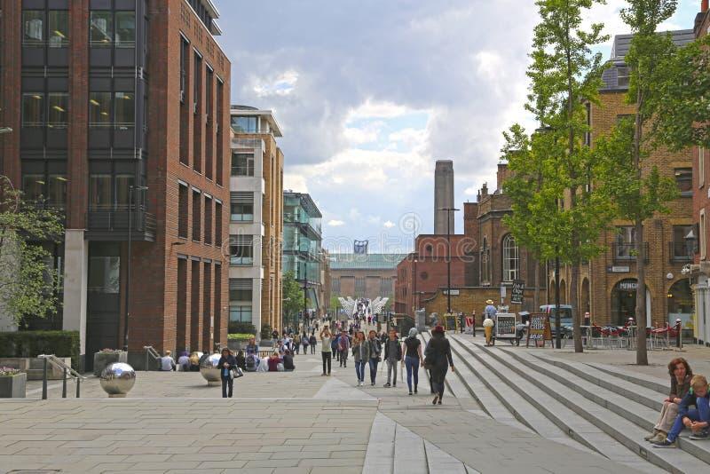 London Storbritannien - Maj 23, 2016: en sikt av den milleniumbron och Tate Modern arkivfoton