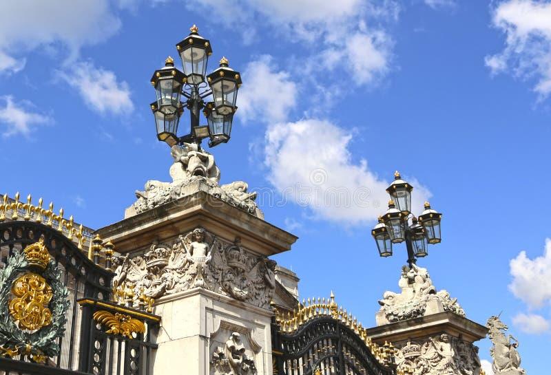 London, Storbritannien - 23 maj 2016: grindar till Buckinghampalats fotografering för bildbyråer