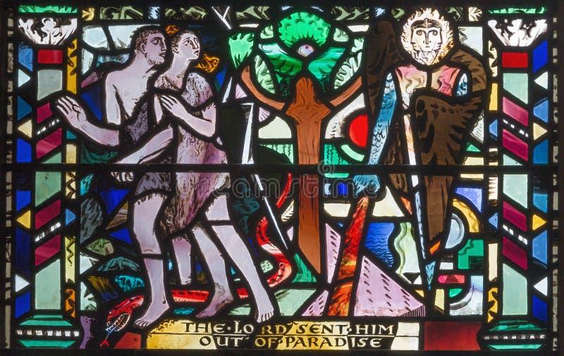 LONDON STORBRITANNIEN - SEPTEMBER 16, 2017: Fördrivningen av Adam och helgdagsaftonen från paradis på målat glass i kyrkaSt Ethel royaltyfria bilder