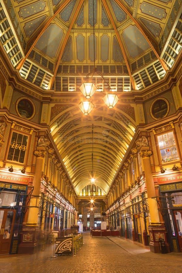 LONDON STORBRITANNIEN - SEPTEMBER 18, 2017: Gallerit av den Leadenhall marknaden på natten arkivbild