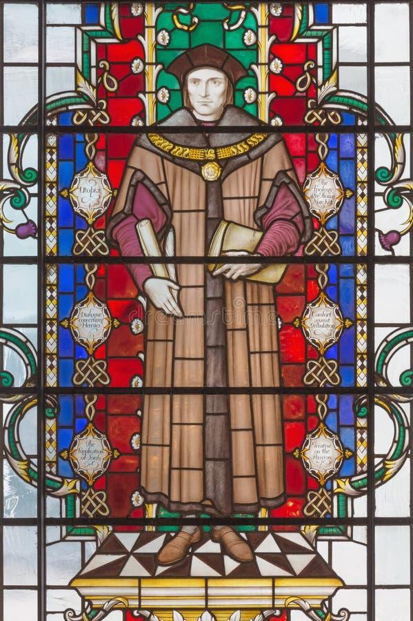 LONDON STORBRITANNIEN - SEPTEMBER 14, 2017: Helgonmartyren Thomas More på målat glass i kyrkaSt Lawrence Jewry royaltyfri bild