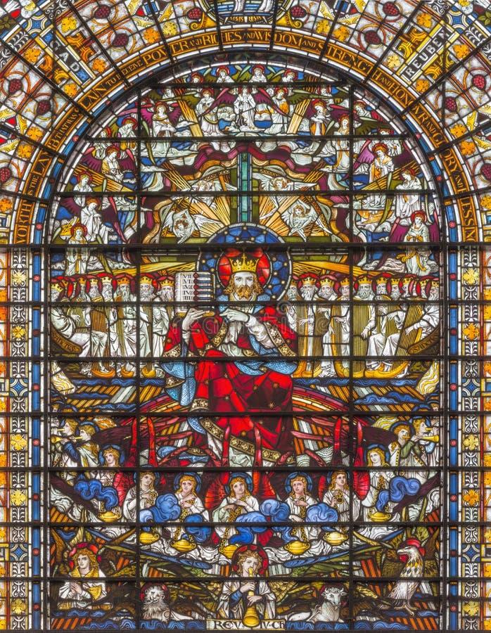 LONDON STORBRITANNIEN - SEPTEMBER 14, 2017: Jesus Christ konungen på målat glass i kyrkaSten Edmund konungen royaltyfri bild