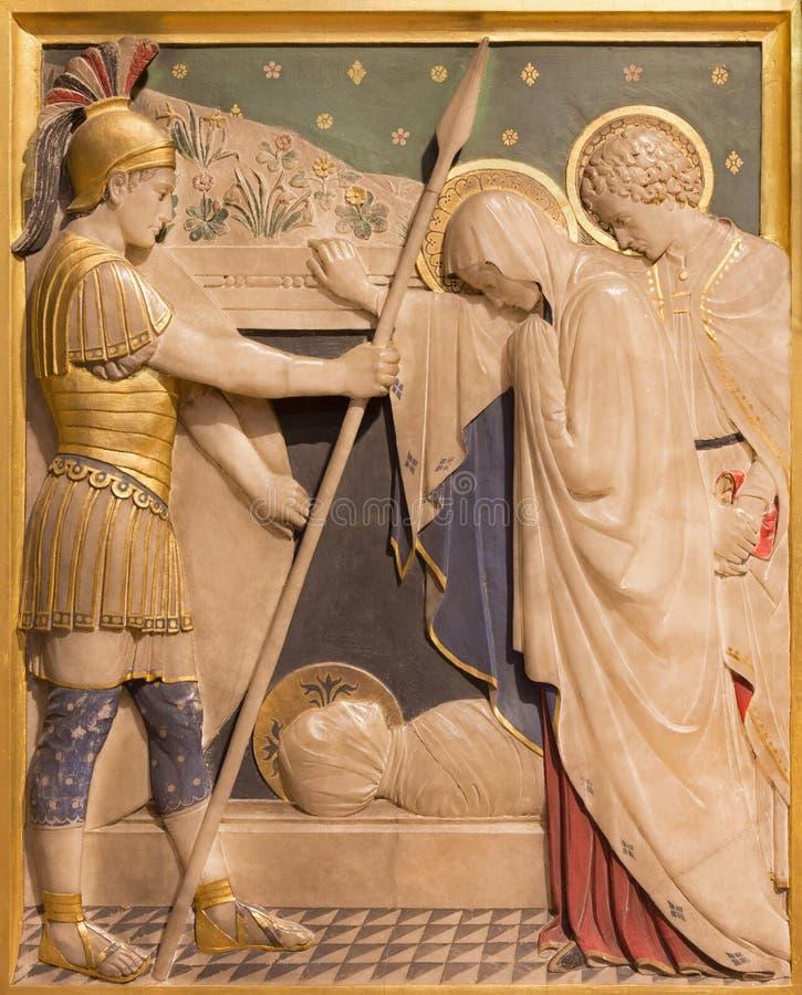 LONDON STORBRITANNIEN - SEPTEMBER 17, 2017: Jesus läggas i gravvalvet i kyrkan av St James Spanish Place som snidas i alabaster- royaltyfria bilder
