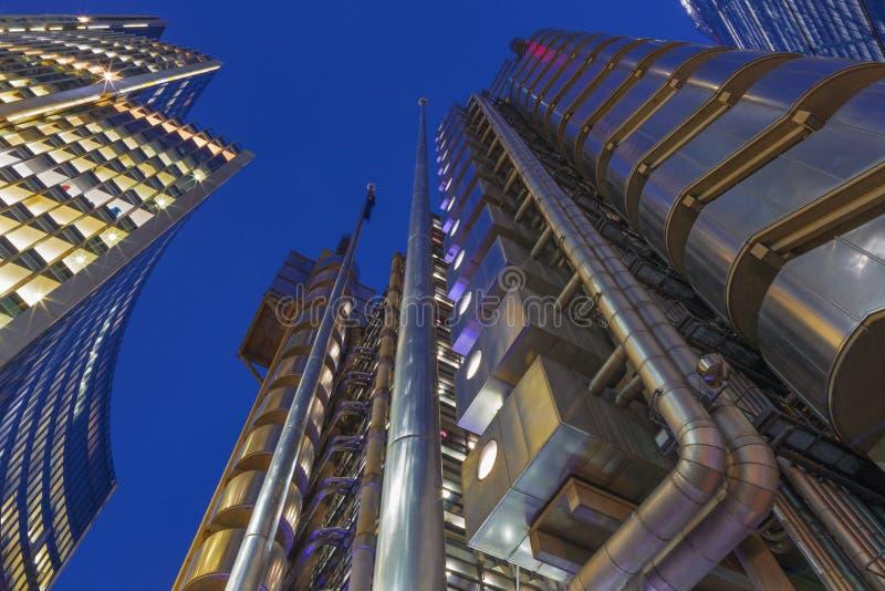LONDON STORBRITANNIEN - SEPTEMBER 18, 2017: Tornen av Willis byggnads- och för Lloyd ` s byggnad på skymning royaltyfri fotografi