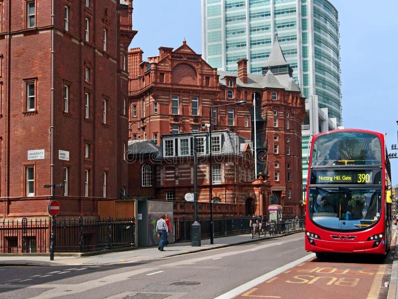 London-Straße mit engagiertem Busfahrstreifen stockfotografie