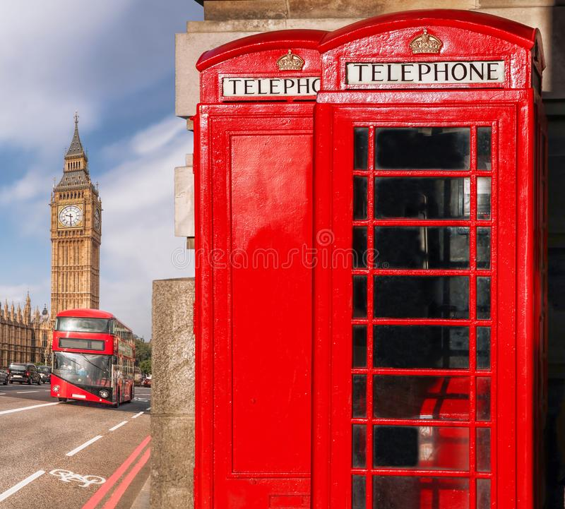 London symboler med BIG BEN, BUSSEN för DUBBEL DÄCKARE och röda telefonbås i England, UK royaltyfria foton