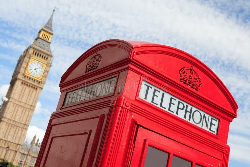 London symboler: röd telefonask, stora Ben arkivfoto