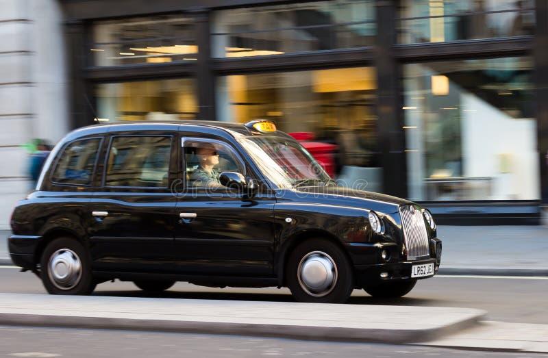 London taxi på hastighet arkivbilder