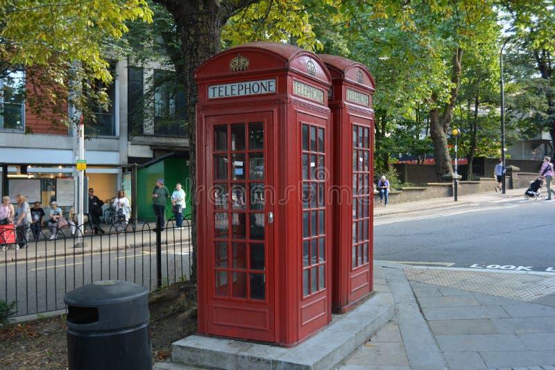 London telefonaskar boxas den röda london England Hampstead heden arkivbilder