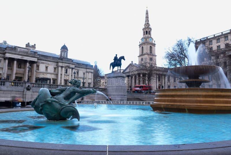 London Trafalgar Square springbrunnmonument fotografering för bildbyråer