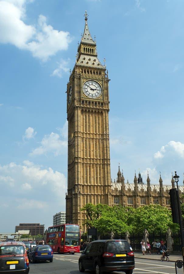 London trafik med den röda bussen och Big Ben royaltyfri foto