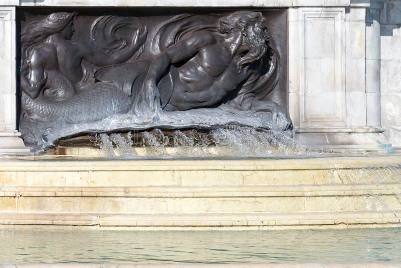 LONDON/UK - 18 ΦΕΒΡΟΥΑΡΊΟΥ: Πηγή στη βασίλισσα Victoria Memoria στοκ εικόνα