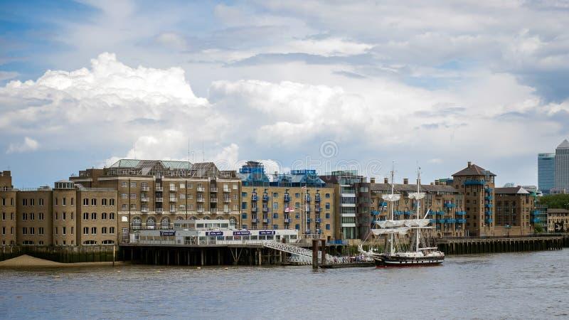 LONDON/UK - 6月15日:Sloop在劈裂的北岸停泊了 库存图片