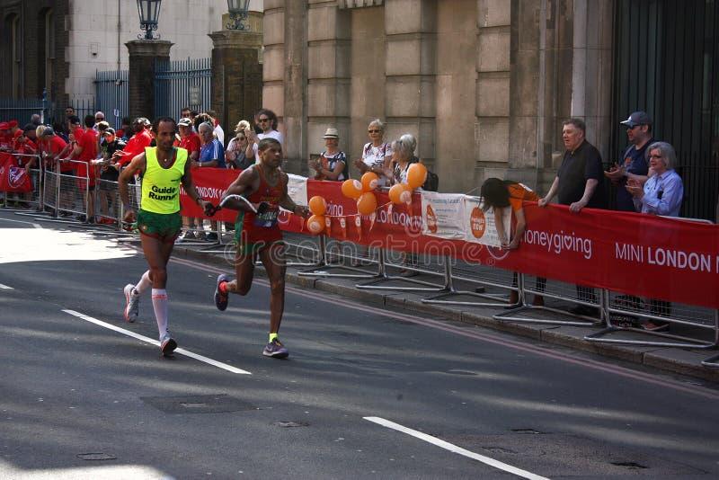 London UK April 2018: Blind löpare i den London maraton arkivfoton