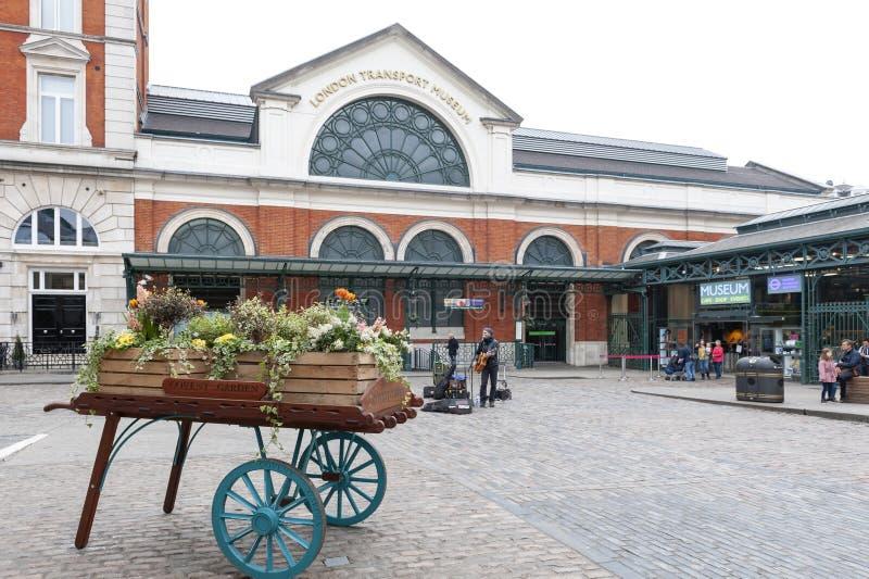 London UK - April 2018: Blommagarnering framme av det London transportmuseet på den Covent trädgården i den Westminster staden, L fotografering för bildbyråer